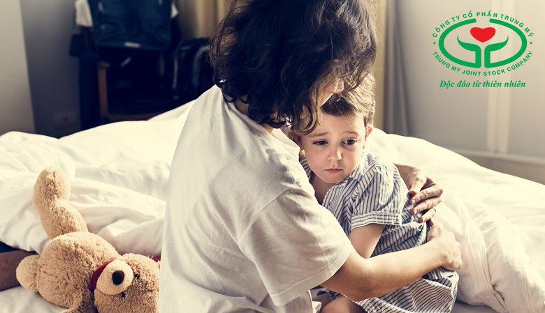 Trò chuyện giúp trẻ cải thiện tình trạng mồ hôi đầu, lưng do tâm lý